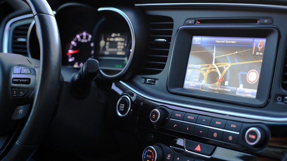 Ecran d'un GPS integre au tableau de bord d'un vehicule