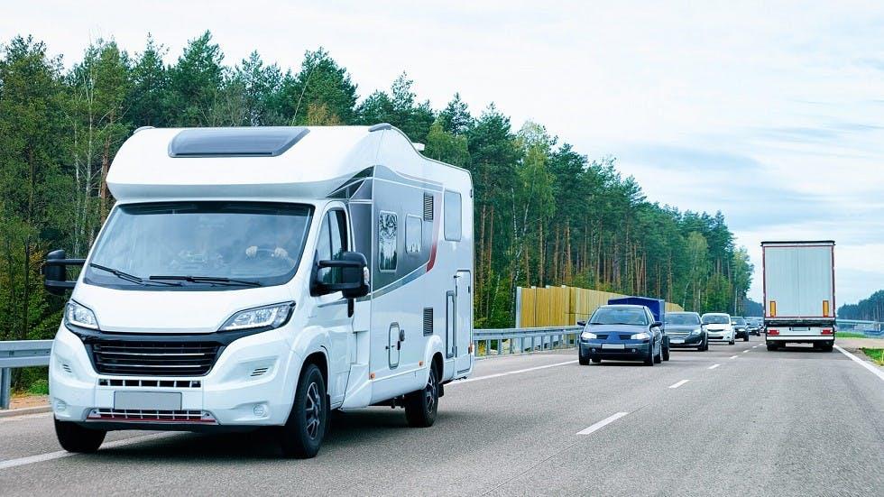 Modele d'autocaravane profile circulant sur une route