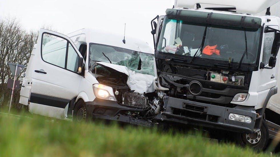 Accident de la route en un poids lourd et un utilitaire