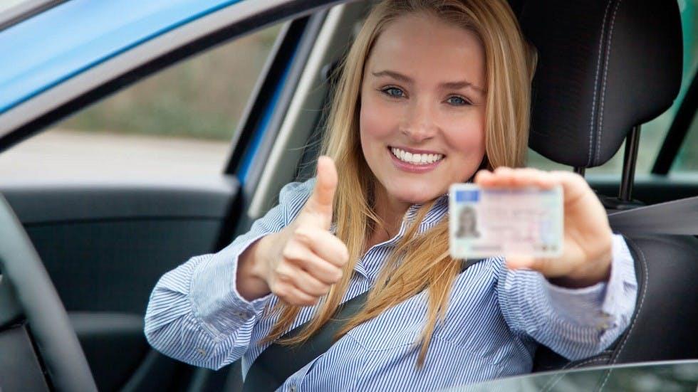 Automobiliste ayant obtenu son examen du permis de conduire