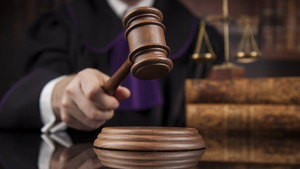 Marteau d'un juge dans un tribunal