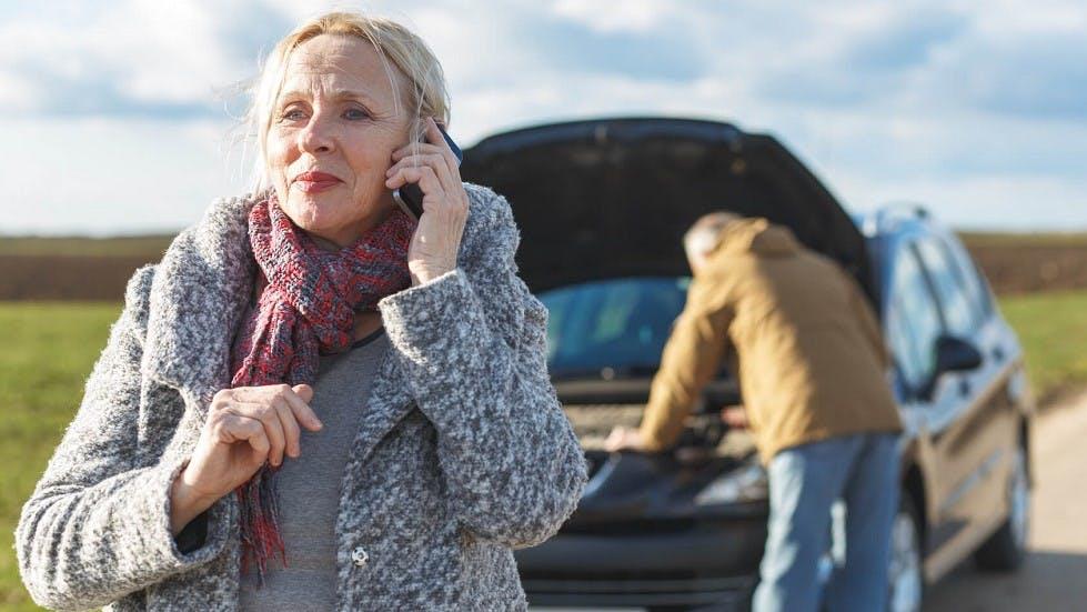 Seniors appelant leur assurance suite a une panne