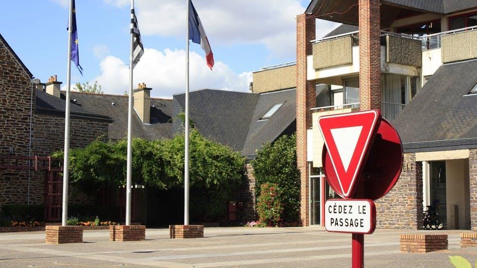 """Panneau de signalisation de """"cedez-le-passage"""""""