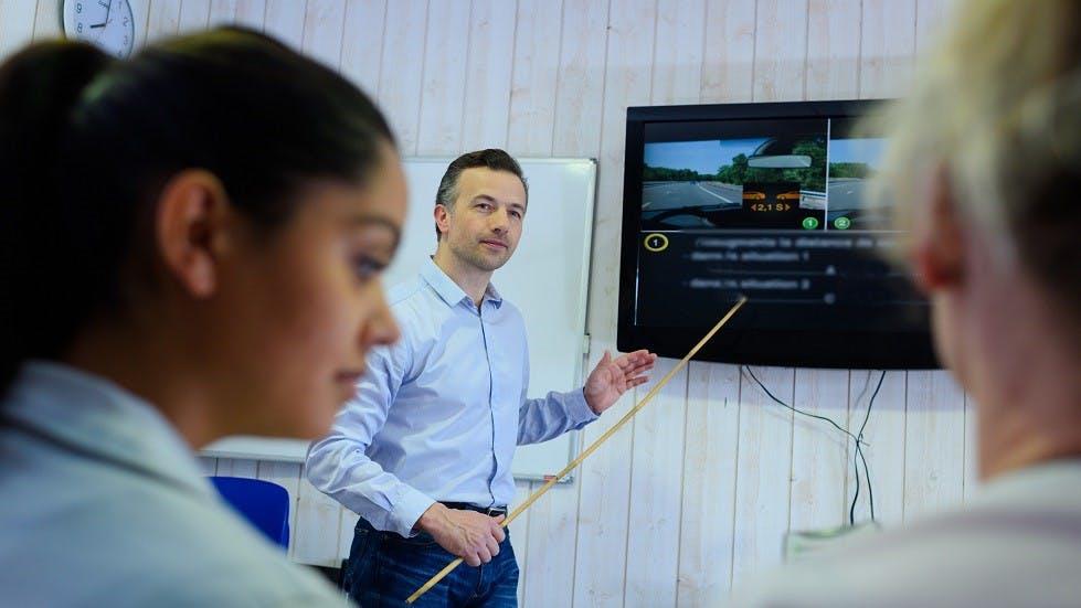 Enseignant de la conduite encadrant des revisions du Code