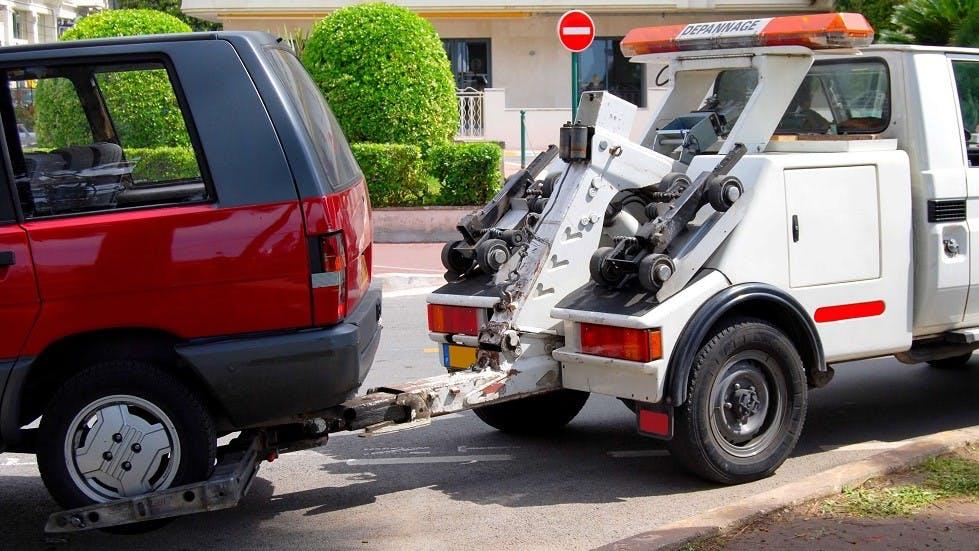 Depanneuse enlevant un vehicule dans le cadre d'un stationnement dangereux