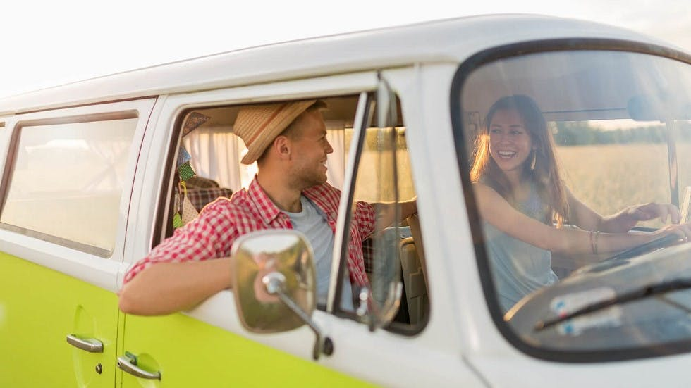 Jeune couple circulant dans un mini-van