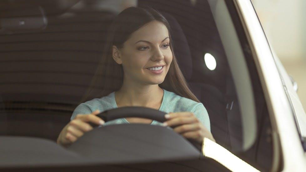 Jeune conductrice circulant en etant parfaitement assuree