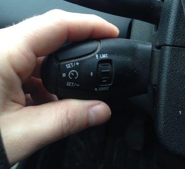 Photographie d'un commodo comprenant un régulateur et un limiteur de vitesse.