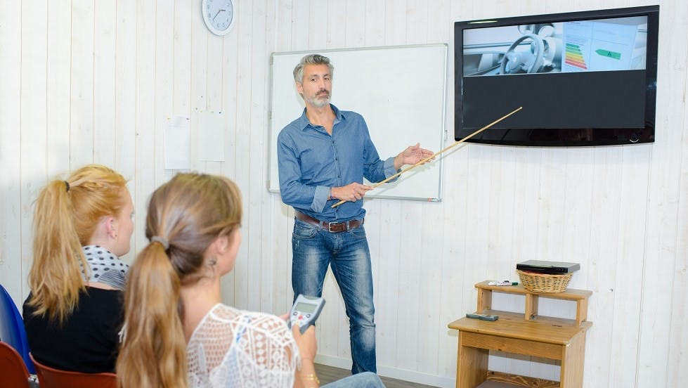 Candidates realisant une serie de code en salle