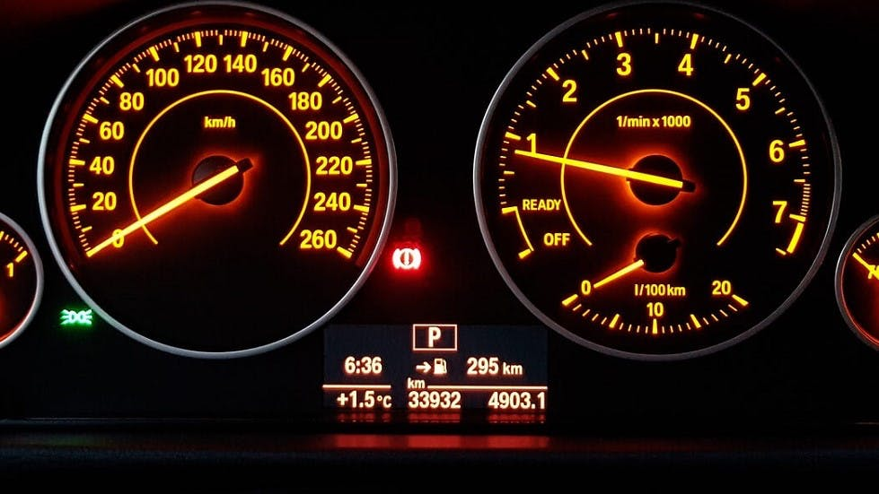 Ecran affiche sur le tableau de bord d'une automobile