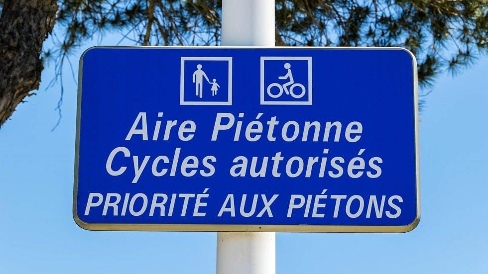 Panneau d'aire pietonne autorisee aux cycles