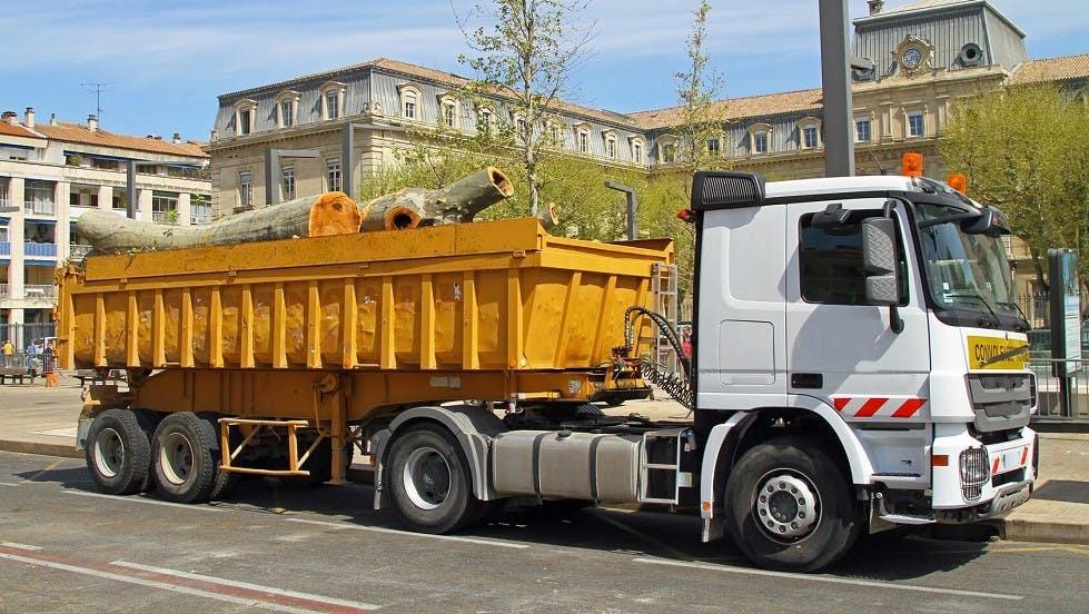 Camion de convoi exceptionnel transportant du bois