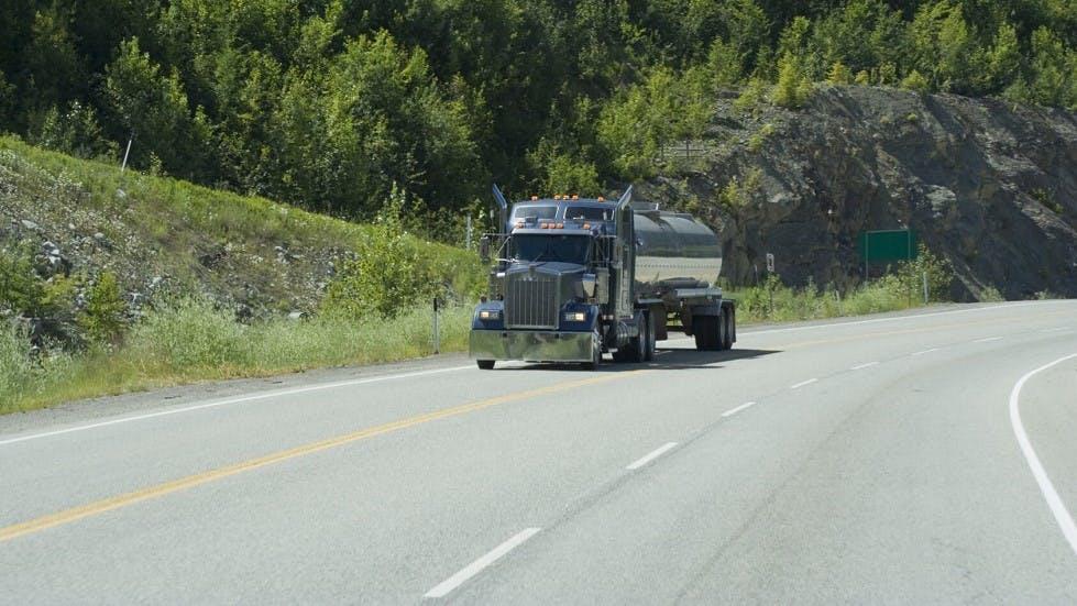 camion circulant sur une route a trois voies