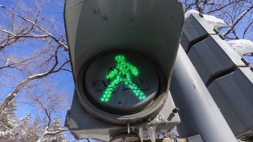 Feu de signalisation pour piétons au vert