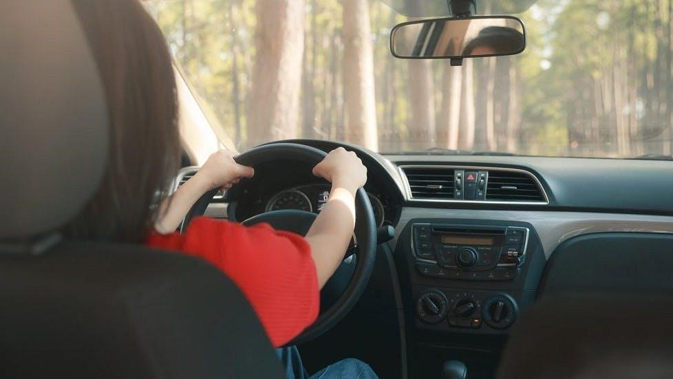 Automobiliste tenant son volant a deux mains