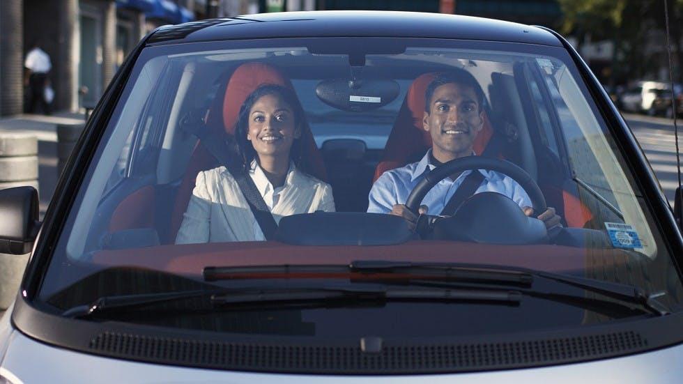 Couple circulant dans une voiture sans permis