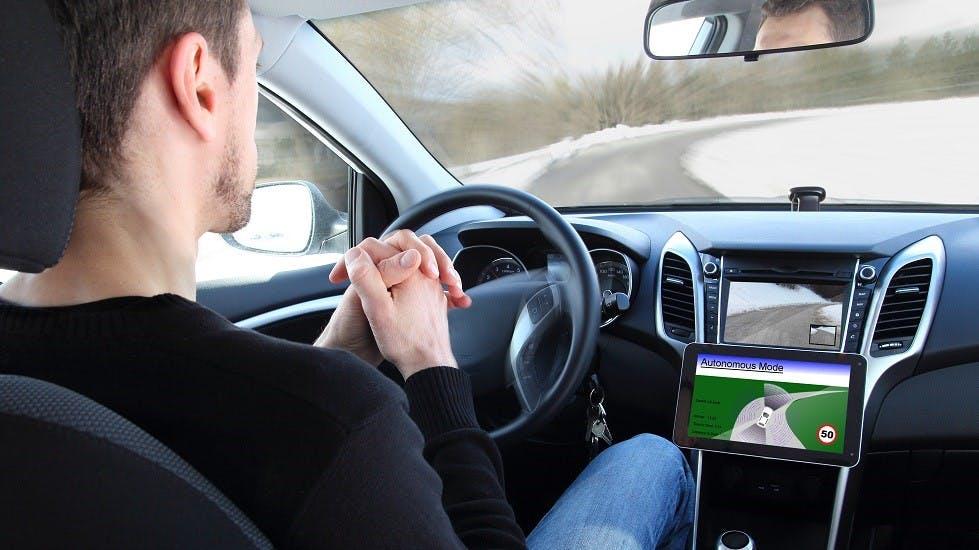 Usager participant aux essais d'une voiture autonome