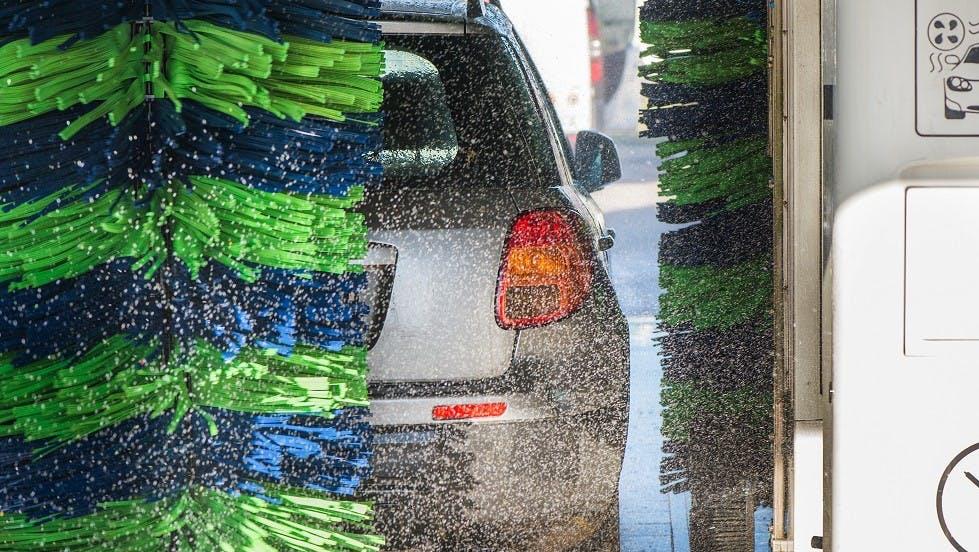 Automobile nettoyee dans une station rouleaux