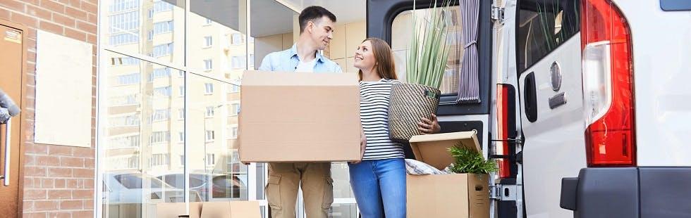 Couple en plein déménagement devant un utilitaire