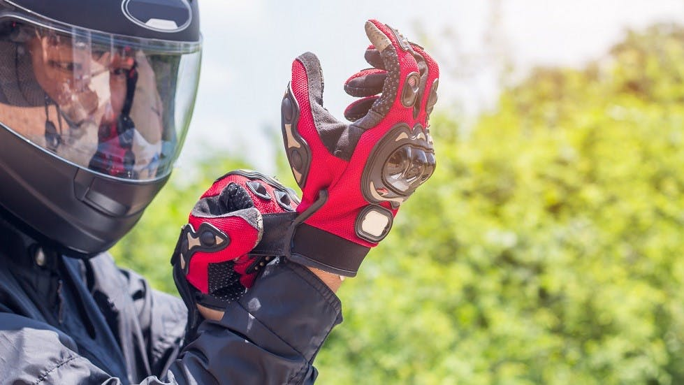 Motard portant des equipements de protection