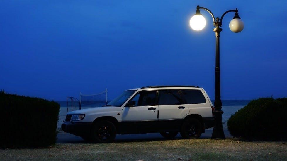 Voiture stationnee de nuit en bord de mer