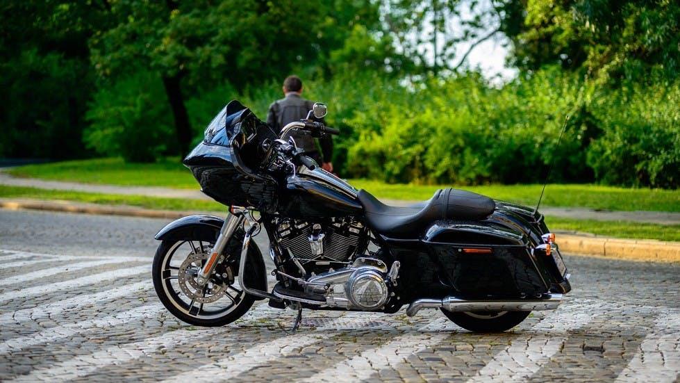 Moto stationnee sur une route pavee