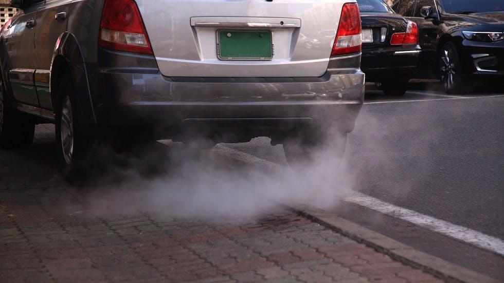 Automobile a l'arret emettant des fumees