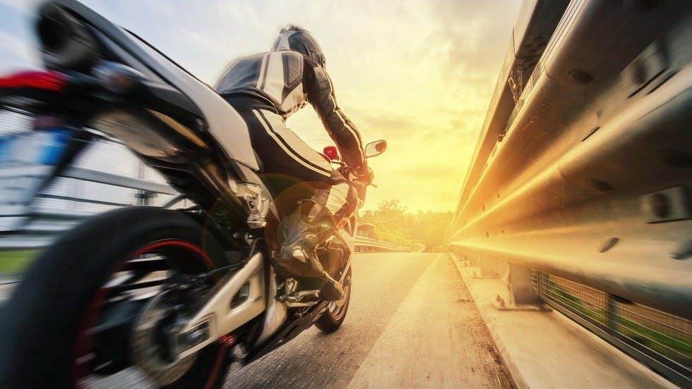 Moto circulant a grande vitesse sur voie rapide
