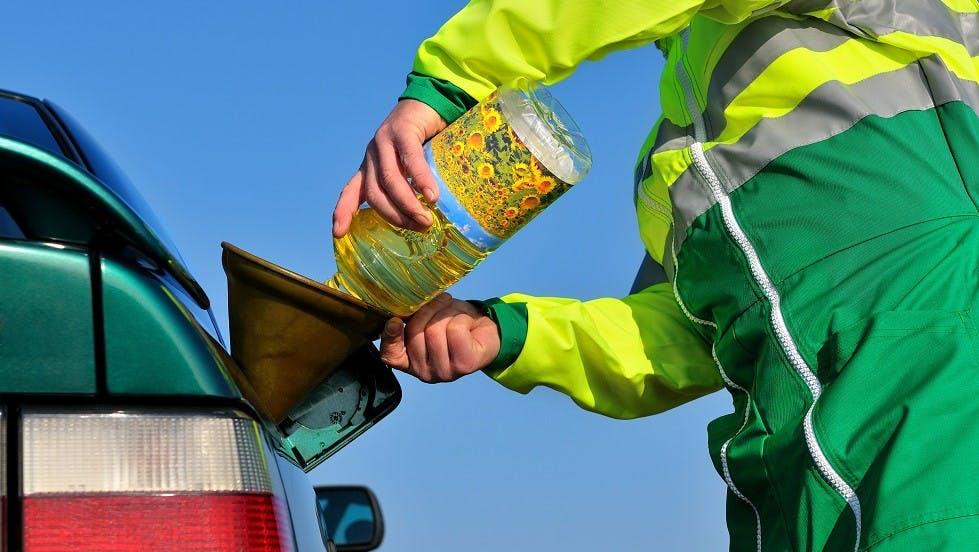 Remplissage du reservoir d'une automobile avec de l'huile vegetale