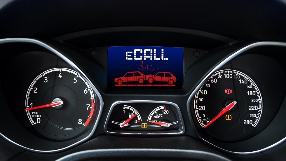 Tableau de bord d'une automobile presentant un symbole eCall