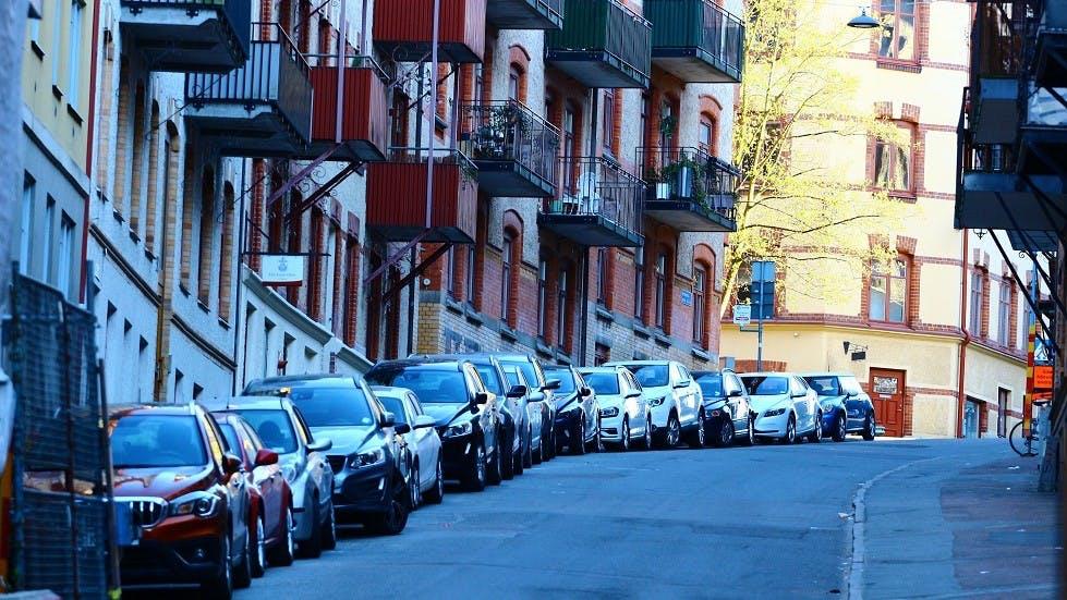 Automobiles stationnees dans une pente en aglomeration