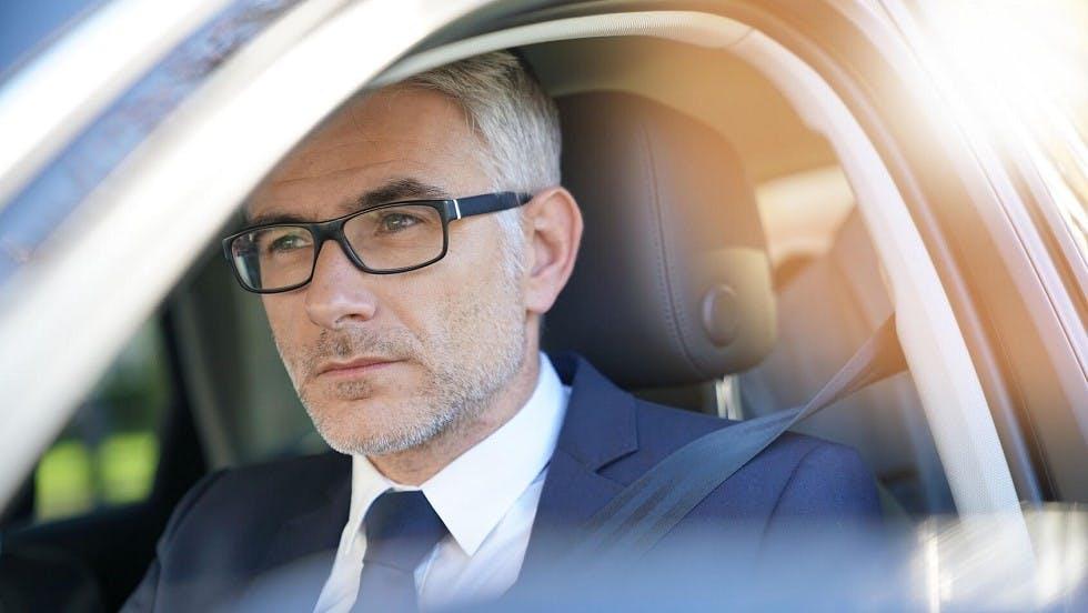 Homme d'affaires se rendant a son travail en voiture