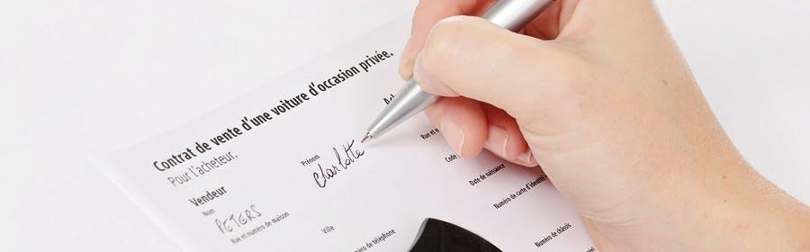 Signature du contrat d'achat d'un véhicule