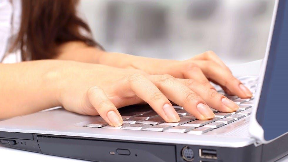 Conductrice realisant des demarches d'inscription en ligne pour le permis