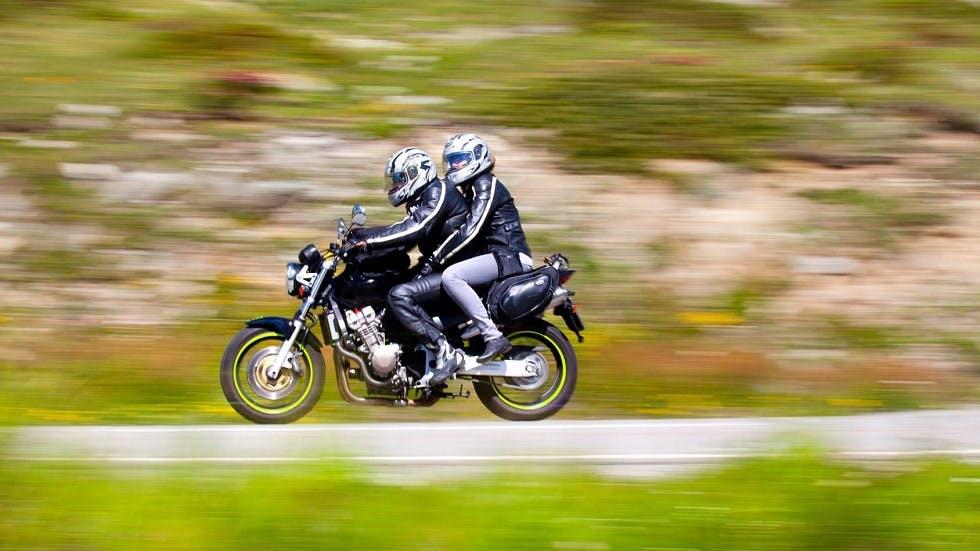 Deux usagers circulant sur une moto