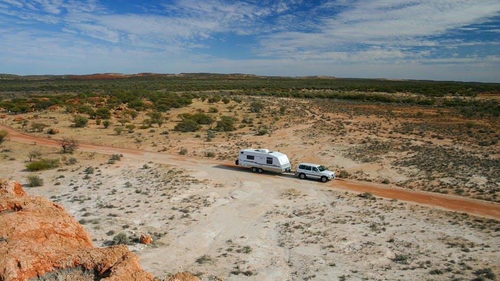 Caravane sur une route deserte