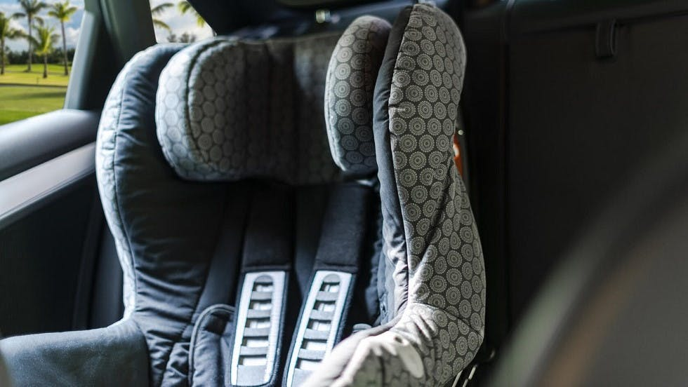 Siege auto pour enfant vide dans une automobile
