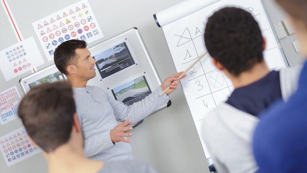 Enseignant proposant des cours de code de la route