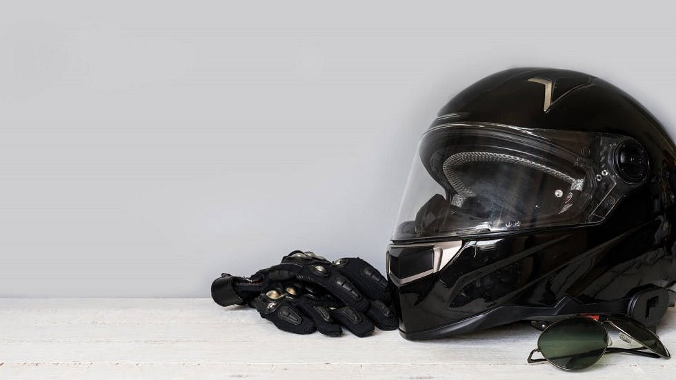 Casque et equipements de protection destines aux motards