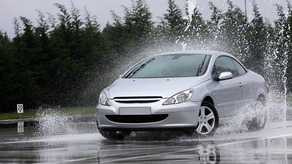Risque de perte d'adherence d'une automobile roulant sous la pluie
