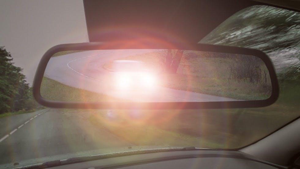 Reflet d'un appel de phare dans un retroviseur