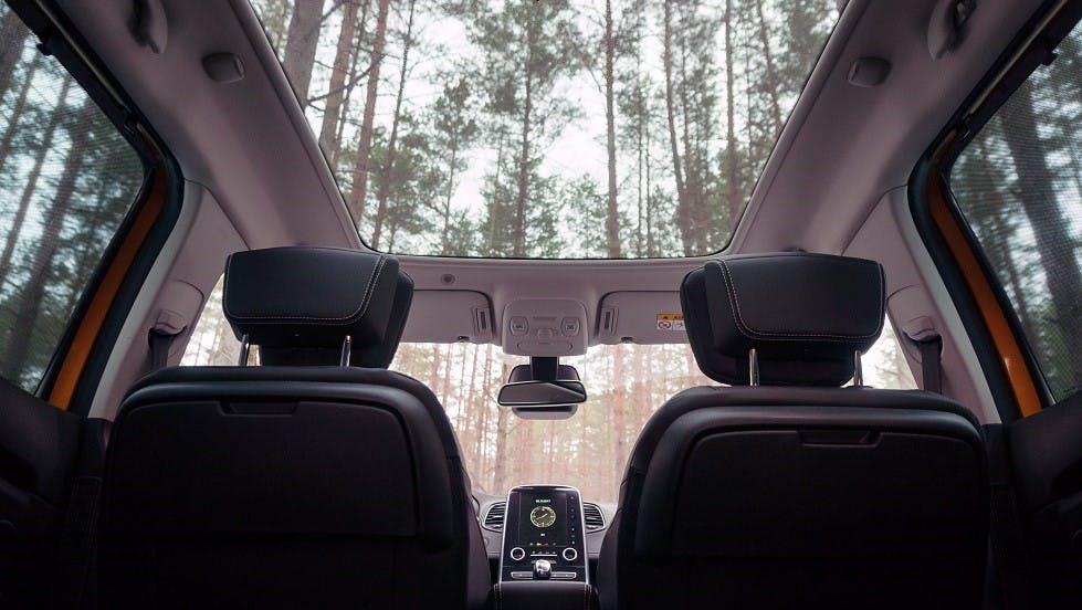 Toit panoramique d'une automobile vu de l'interieur