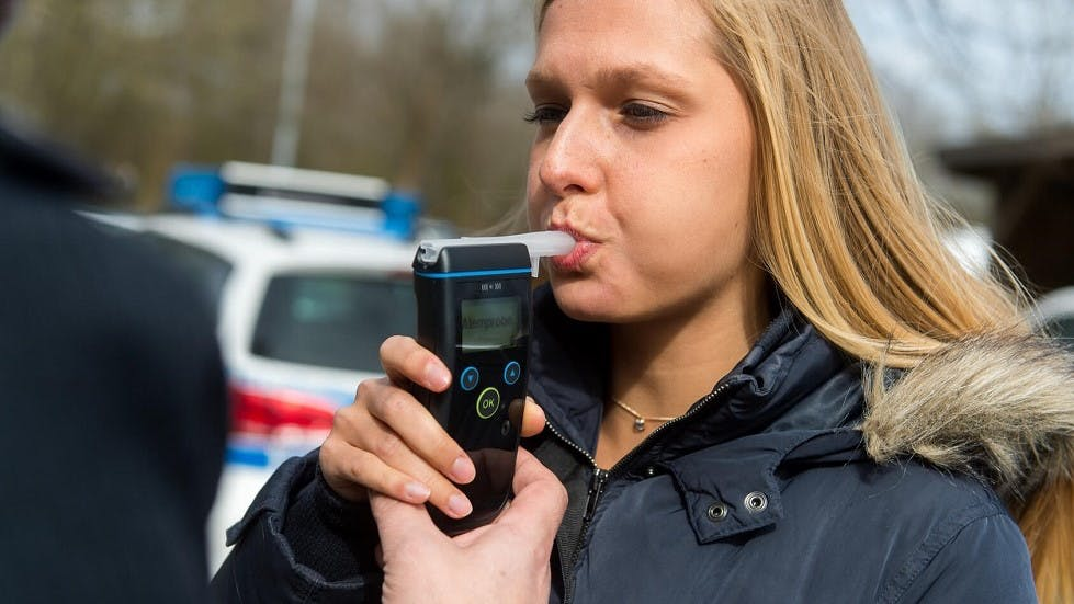 Jeune conductrice réalisant un contrôle d'alcoolémie