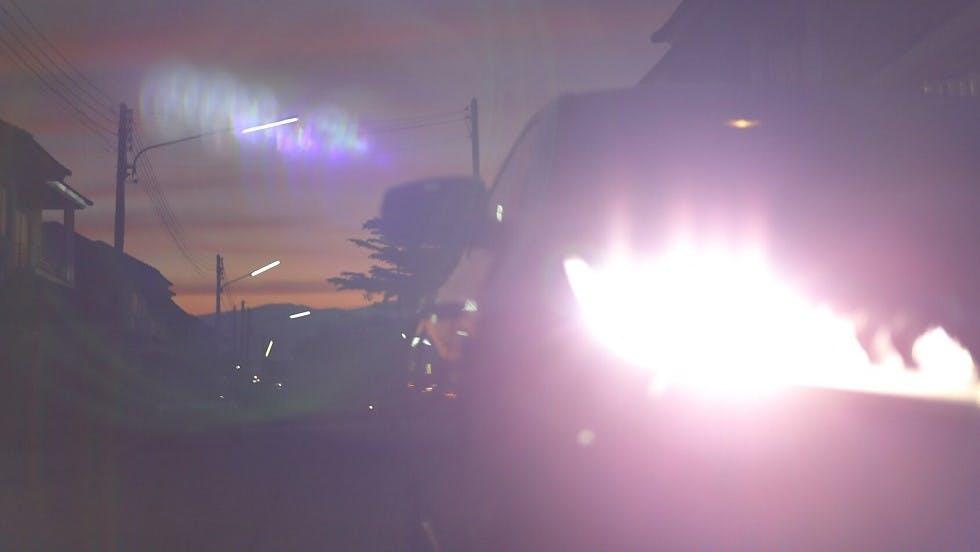 Automobile en feux de route en agglomeration de nuit