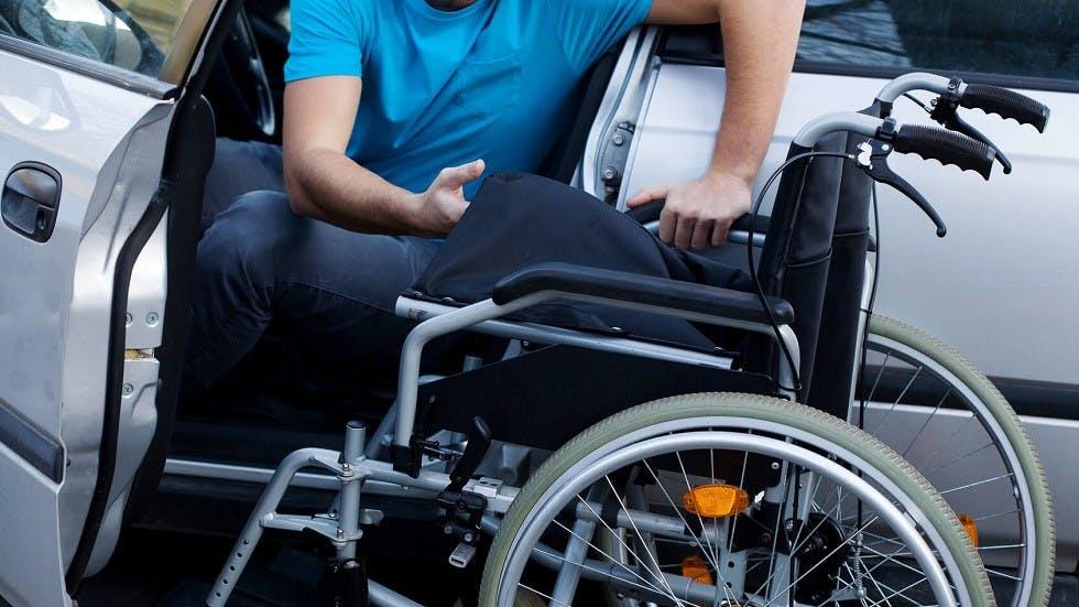 Usager handicape prenant le volant