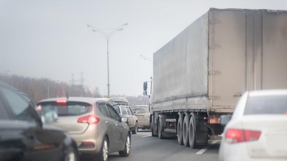 Camion realisant un depassement dangereux sur autoroute