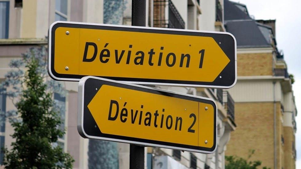 Deux panneaux de déviation