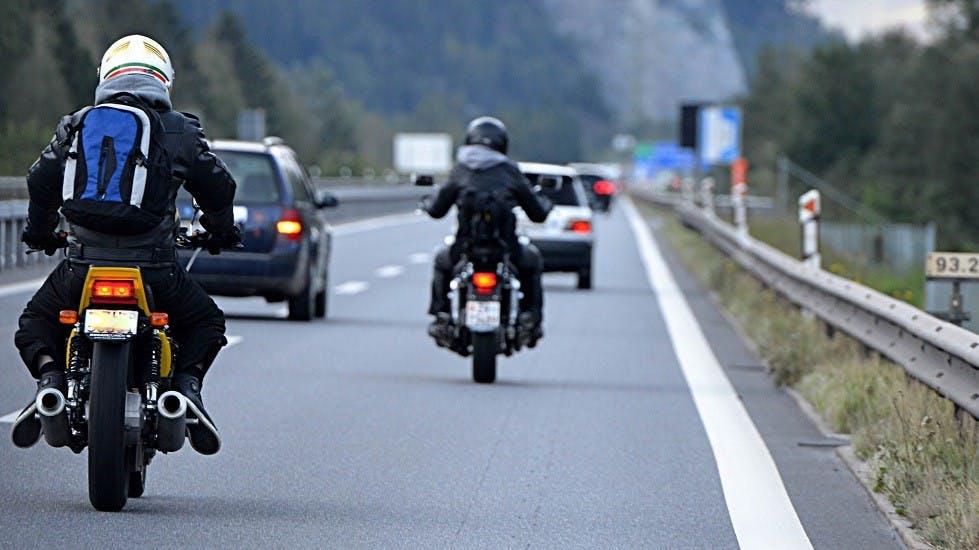 Usagers circulant a moto