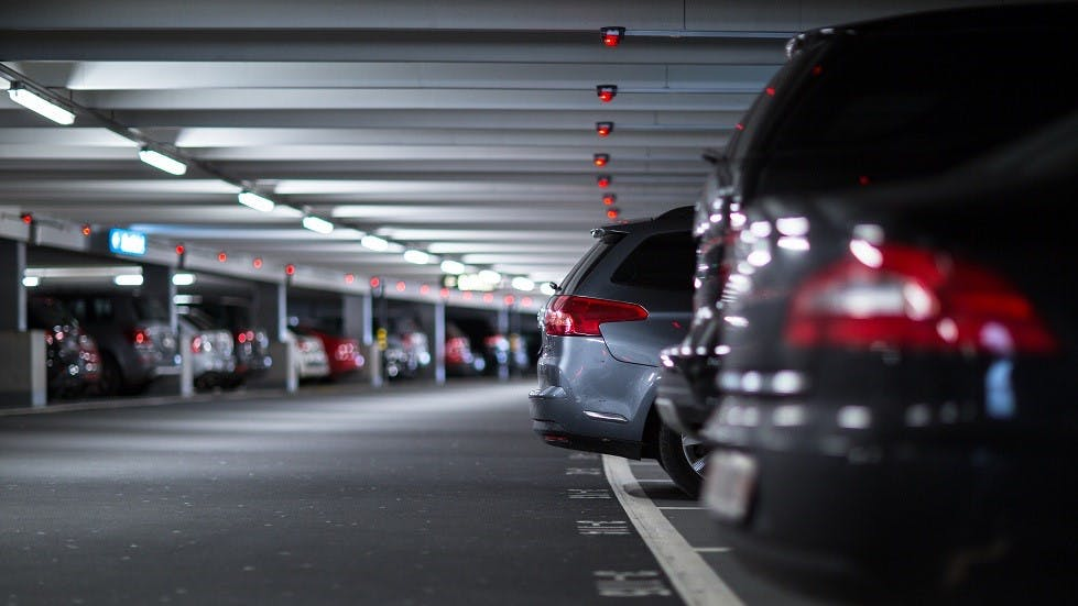 Dispositifs lumineux d'un parking montrant l'absence de places disponibles