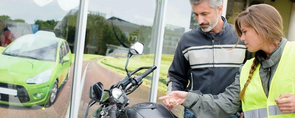 conductrice prenant une leçon du permis moto
